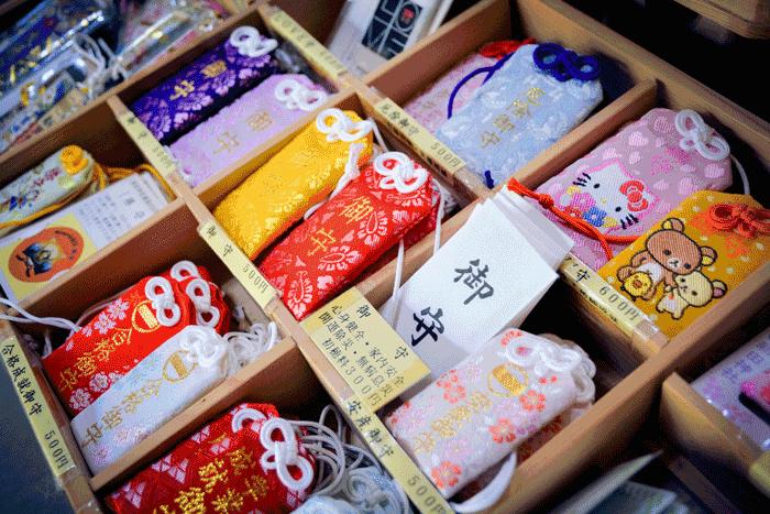 bùa hộ mệnh Omamori được bày bán ở đền thờ Thần Đạo hn