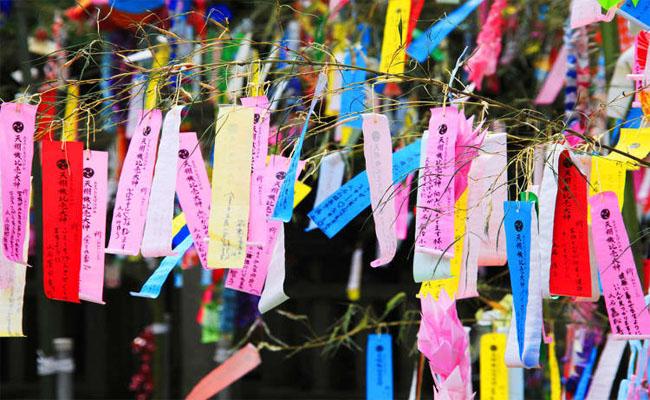 treo giấy ngũ sắc để mong điều ước thành sự thật hn