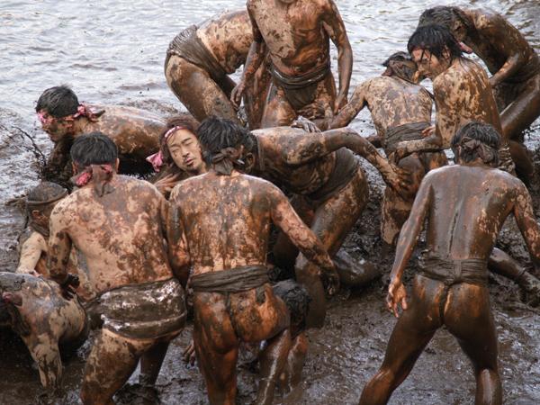 lễ hội ném bùn ở Nhật Bản mang ý nghĩa may mắn hn